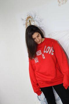 Chi l'avrebbe mai detto!? Siamo a metà maggio ed il tempo è ancora buono per indossare la felpa. Questa è la nostra versione 'All you need is love' nel colore rosso.  Se ti piace acquistala direttamente nello shop online. Buon weekend!
