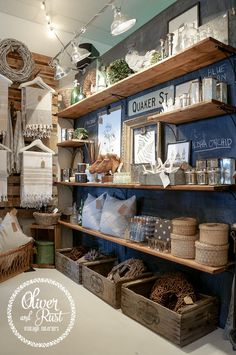 (A través de CASA REINAL) >>>>>  Shelving & pallets for hanging items. Oliver and Rust: The back of the store;
