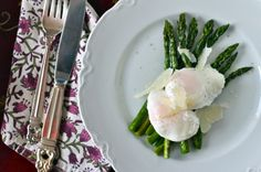 Roasted Asparagus with Poached Eggs. Simply roasted asparagus with fresh poached eggs. The perfect brunch lunch or sophisticated appetizer. Healthy Egg Recipes, Veggie Recipes, Healthy Cooking, Healthy Eating, Healthy Meals, Delicious Recipes, Soap Recipes, Veggie Food, Tasty