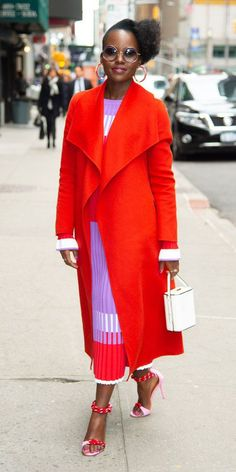 Lupita Nyong'o lit up the New York City streets in a red coat, pink and purple Prabal Gurung dress, white Hayward field bag. Stephen Colbert, Prabal Gurung, Mode Style, Hottest Photos, New York, Star Fashion, Fashion Fashion, Her Style, Vestidos