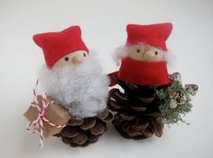 Pomme de pin M. et Mme Santa Claus--décor de vacances boisé - forêt Gnome - Mantel sur table arbre - Stocking Stuffer - rouge