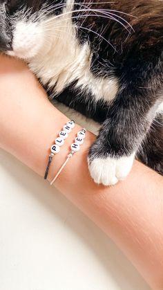 Existe coisa mais fofa que essa gata e essas pulseiras? Instagram Blog, Bangles, Bracelets, Bee, Delicate, Cool Stuff, Jewelry, Cute Stationery, Instagram Ideas