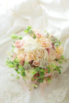 クラッチブーケ 八芳園様へ ベージュのバラとグリーンで 彩(あや)といおりとフェアビアンカ : 一会 ウエディングの花 Corsages, Bridal Bouquets, Planting Flowers, Floral Wreath, Parties, Wreaths, Weddings, Antiques, Brown