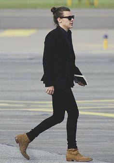 Harry styles's big week: a timeline harry styles Harry Styles 2015, Harry Styles Man Bun, Harry Styles Mode, Harry Edward Styles, Harry Styles Fashion, Estilo Cool, Mr Style, Street Style, Fashion Lookbook