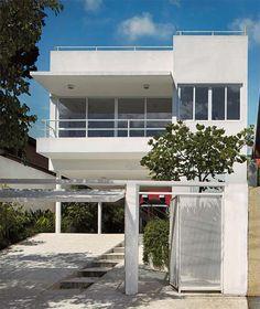 Olha a soleira dessa casa! é grande, acompanha o compimento da varanda e não tem pilares para sustentar! O guarda corpo em aluminio fininho tb é lindo!