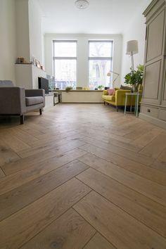 Eiken visgraat vloer van hoge kwaliteit Europees eiken. Deze visgraat vloer is gelegd in combinatie met vloerverwarming. De bewerkingen die deze vloer heeft ondergaan zijn: geschaafd, gerookt en twee keer fabrieksmatig geolied. De planken van deze visgraat vloer zijn 14x56. Marble Floor, Tile Floor, Parquet Flooring, Hardwood Floors, Brick Interior, Interior Design, Home Room Design, Gold Wood, Home Look