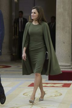 Queen Letizia of spain was looking elegant in green cape dress at the Natioanl Sports Awards. The green dress is still unidentified. Hijab Fashion, Fashion Dresses, Meeting Outfit, Royal Clothing, Women's Clothing, Royal Beauty, Cape Dress, Queen Letizia, Royal Fashion