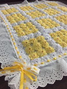 Manta de fuxico para bebê Manta de fuxico forrada com tecido de algodão, acabamento de bordado inglês e fita de cetim. Temos diversas cores e desenhos de tecido. Meidida:70cm x 70 cm na parte do fuxico + o bordado inglês.