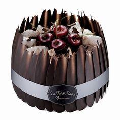 Maxim's Cakes. La Forêt Noire. Mon gâteau préféré pour le Nouvel An. Jolie présentation .... ♡ ♡ / Maxim's Cakes. The Black Forest. My favourite cake for the New Year. Beautiful presentation .... ♡♡