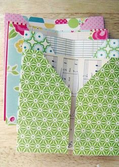 Tuesday Tutorial: Pocket-Page Mini-Album Pocket page mini tutorial Maybe I could use this to organize receipts in my purse! Or Cash? Each page for different areas of the budget! Lots of possibilities! Planner Stickers, Mini Albums, Book Making, Card Making, My Planner Colibri, Receipt Organization, Organizing, Paper Crafts, Diy Crafts
