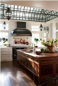 Cool old fashioned kitchen... Parisian Style...