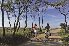 Envie de découvrir la Côte Atlantique autrement? Prépare ton vélo, réserve ton hôtel et pars sur l'Eurovélo Vélodyssée de la Bretagne jusqu'au Pays Basque.