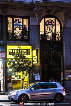 Simpáticas oficinas en Gran vía decoradas con Post-its. Feliz fin de semana madrileños. © www.barriosdemadrid.net #Madrid #GranVía