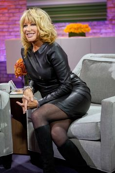 Suzanne Somers in sexy leather dress          Lederlady ❤