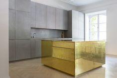 Appartamento in oro e grigio a Stoccolma by Richard Lindvall Modern Kitchen Design, Interior Design Kitchen, Modern Interior Design, Kitchen Furniture, Kitchen Dining, Kitchen Decor, Brass Kitchen, Kitchen Island, Gold Furniture