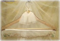 Personaliza tu armario o vestidor con nuestras perchas aromatizadas.