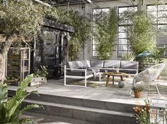 KARWEI | Maak de tuin minstens zo sfeervol en fijn als binnenshuis met een comfortabele loungebank. #karwei #tuin #loungebank #tuininspiratie