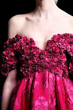 alexander mcqueen  - A pesar de que sigue pululando el espíritu de Alexander McQueen por los diseños de Sarah Burton, ésta no deja de maravillarme.
