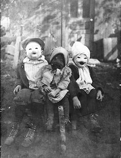 three kids and their spooky halloween people costumes 1900 - Halloween Costumes 1900