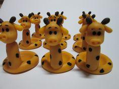 """Porta Doce girafa em Biscuit.    Ideal para docinhos tradicionais (brigadeiro, beijinho, casadinho, etc).    **Produzimos em outros temas sob encomenda. Consulte-nos!    Como comprar:  1. Clique em """"Comprar"""".  2. Informe a data do evento e outros detalhes que julgar necessários, como as cores das..."""