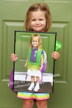 Saving The Best For Last: Last day of school holding a picture from the first day of school...would be great to do Senior Year w/ kindergarten picture. by MyLittleCornerOfTheWorld