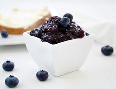 Für die Heidelbeeren-Marmelade ist der Sommer genau die richtige Zeit der Zubereitung. Frische Beeren sind für dieses Rezept einfach köstlich.