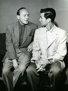 Today in 1955 - Jack Benny signed off his last live network radio broadcast after a run of 23 years. Benny was devoting his time fully to TV. Here's Jack Benny with the young Johnny Carson in Golden Age Of Hollywood, Hollywood Stars, Classic Hollywood, Old Hollywood, Here's Johnny, Johnny Carson, Star Of The Day, Jack Benny, Old Time Radio