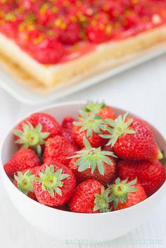 Perfekt für die Erdbeerzeit: Einfacher Erdbeerkuchen mit Pudding vom Blech | http://www.backenmachtgluecklich.de