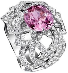 Limelight Garden Party - Piaget Rose ring in 18K white gold set with 157 brilliant-cut diamonds (approx. 1.62 ct) and a round pink sapphire (approx. 4.86 ct).