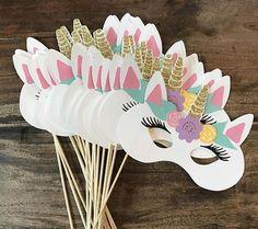 Crie máscaras de unicórnio para as crianças. Uma ideia de atração para a festa é deixá-las colorir o seu próprio acessório (Foto: Pinterest/ Reprodução)
