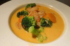 Die Thai Curry Suppe mit Garnelen ist eines unserer Highlights aus der asiatischen Küche. Kokosmilch und Limettensaft runden das Rezept ab.