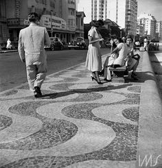 Praia de Copacabana, vendo-se ao fundo o cinema Rian,   1949