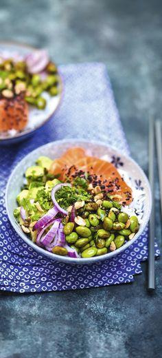 #Recette #pokebowl #Saumon #edamame #Avocat Notre Poke bowl au saumon mariné, edamame, avocat et oignon rouge