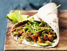 Spicy wraps med kylling, spidskål og avocado
