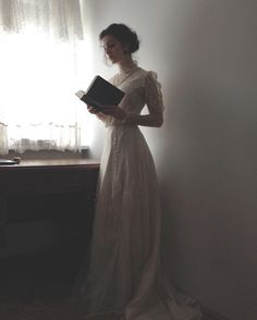 Tessa Gray 'whenever she felt sad, she'd pull out his book and trace his handwriting' Photo Web, Tessa Gray, Princess Aesthetic, Foto Pose, Belle Photo, Character Inspiration, Marie, Vintage Fashion, 1914 Fashion