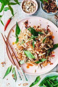 Knackiges Reispapier, Kohlrabi, knusprige Toppings und ein unverschämt süß-saures Dressing. Das ist unser vietnamesischer Reispapiersalat. Banh Xeo, Eat This, Asian Recipes, Ethnic Recipes, Herb Seeds, Saveur, Salad Dressing, Japchae, Food Styling