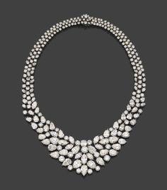 Attribué à Harry Winston Spectaculaire collier en platine, en collerette de diamants poires, navettes et brillants disposés en draperie.   Numéroté 8854. Longueur interne : 40 cm environ. Poids : 104,5 g.  Estimation 100.000/150.000€