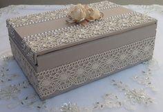 Caixa em MDF forrada com tecido 100% algodão. Revestida com renda e chatons pérola. Flores em cetim e organza decorando a caixa.