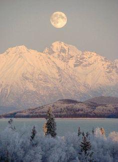 La luna llena sobre el Parque Nacional del Lago Clark de Alaska .