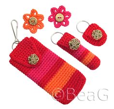 matching keychain cell phone holder, keychain lip balm holder, keychain coin holder and little flower brooches picture only Fast Crochet, Love Crochet, Diy Crochet, Crochet Crafts, Crochet Projects, Beautiful Crochet, Crochet Phone Cover, Crochet Pouch, Crochet Keychain