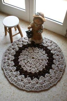 Alfombra trapillo con instrucciones y video-tutorial Crochet Squares, Crochet Doilies, Free Crochet, Knit Crochet, Crochet Gratis, Crochet Home Decor, Floor Rugs, Handmade Rugs, Crochet Projects