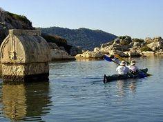 Kas zeekajakken, 4 dagen.  Verken het prachtige Lycië vanuit Kas, een relaxed kustplaatsje dat ondanks kleinschalig toerisme haar oorspronkelijke charme behouden heeft. De bergen van de Taurus rijzen hier steil op uit de diepblauwe zee. Je maakt een spannende tocht met een zeekajak langs de eilandjes voor de kust.    Lees meer: http://bedandtodo.nl/activiteit/34/kas-zeekajakken