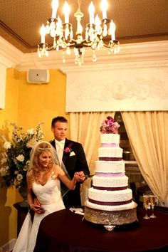 Bride and groom cutting the cake at House Plantation