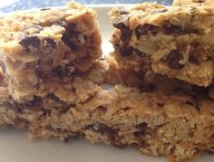 My kids LOVE these natural, healthy granola bars. And they only have 7 ingredients (Quaker chewy has more than Healthy Sleepover Snacks Healthy Granola Bars, Chewy Granola Bars, Homemade Granola Bars, Muesli Bars, Homemade Brownies, Homemade Muesli, Healthy Recipes, Healthy Treats, Real Food Recipes