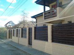 Gard din lemn, cu lamele oblice – [ lemndesign ] Modern Fence Design, Home Projects, Garage Doors, Garden, Outdoor Decor, Home Decor, Cots, Decoration Home, Garten