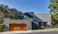 This incredible modern home renovation surrounded by lush vegetation was designed by Mark Brand Architecture in Portola Valley, California. Modern Wood Doors, Modern Garage Doors, Wood Garage Doors, Contemporary Garage Doors, Modern Exterior, Exterior Design, Stucco Exterior, Garage Ouvert, Pergola Metal