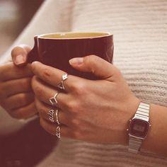 ef4d6ea089c Um café quentinho para esquentar o dia com nossos anéis de prata e o relógio  · Relógio Casio PrataLaços ...