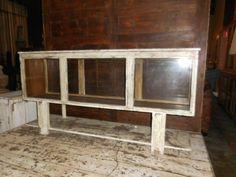 <p>Antieke lage wit geschuurde vitrine kast gemaakt van teakhout. De afmetingen zijn: lxdxh 153x34x77 cm</p>