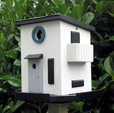 The French House does a nice line in quirky bird houses, but our favourite has got to be the Bauhaus bird house. Bird House Plans Free, Bird House Kits, May Garden, Modern Birdhouses, Birdhouse Designs, Bird Aviary, Bird Houses Diy, Bird Boxes, Kit Homes