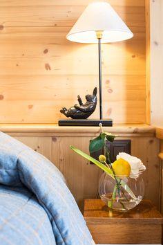 Hôtel Chalet Royalp and Spa. Les 63 chambres & suites ainsi que les 30 appartements vous invitent à la détente en famille ou entre amis. Véritables lieux de vie où le luxe et le style se conjuguent avec l'espace, les chambres et appartements offrent confort et sérénité. Hotel Chalet, Suites, Ainsi, Lighting, Home Decor, Style, Apartments, Bedrooms, Outer Space